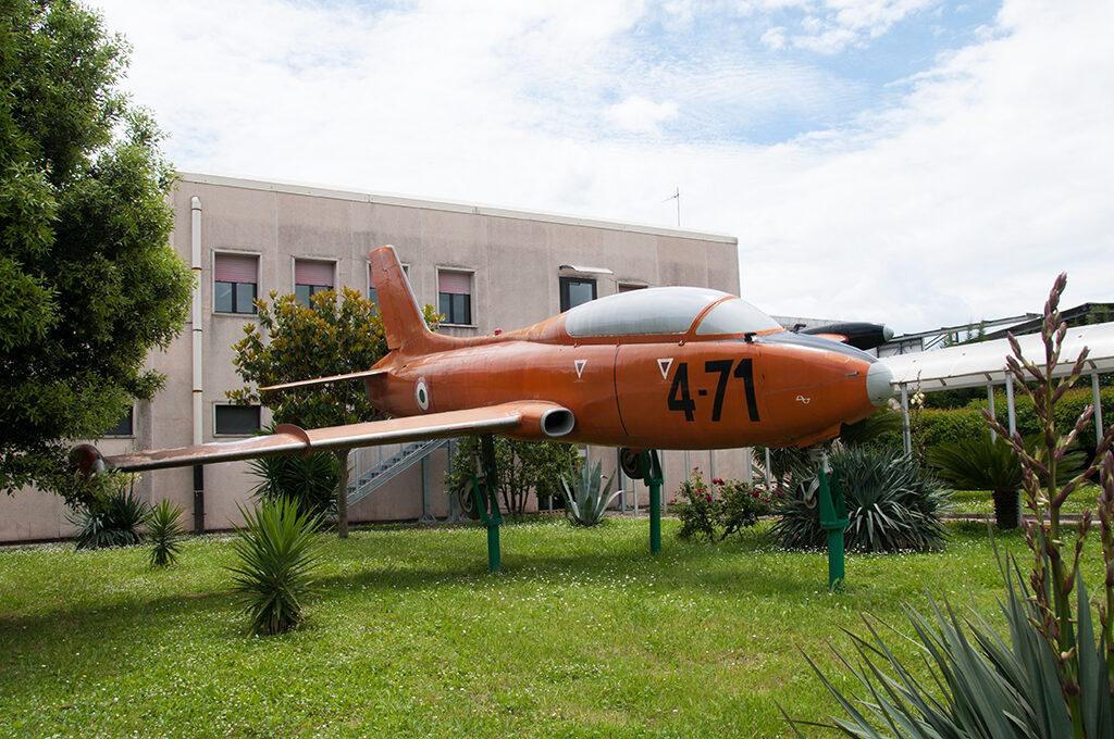 L'MB 326 che si trova come gate guardian del 5° GMV sull' aeroporto di Napoli Capodichino è la MM 54170 con numero di costruzione 6174 ed è il 20° esemplare consegnato all'AM. E' esposto con il codice 4-71 ma nella realta' pur avendo volato con la 604° Squadriglia Collegamenti del 4° Stormo non risulta l'abbia portato.