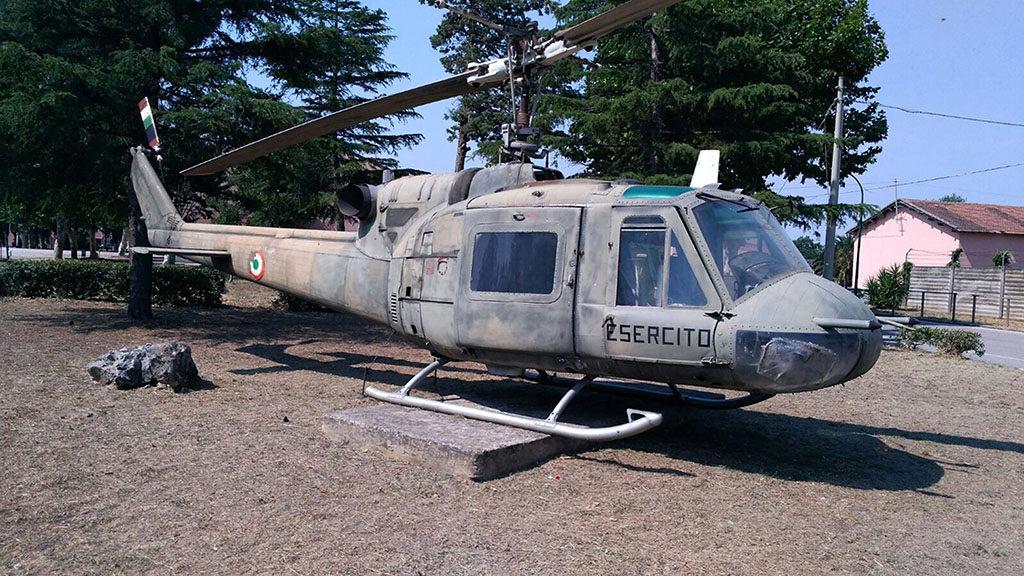 """L' elicottero Agusta Bell AB 204B che si trova nel Comprensorio Militare Caserma """"Cucci"""" a Persano in provincia di Salerno è la MM 80316 con numero di costruzione 3074. Proviene da Pontecagnano dove volava con il 20° Gruppo Squadroni """"Andromeda"""" con il numero di Reparto EI-216."""