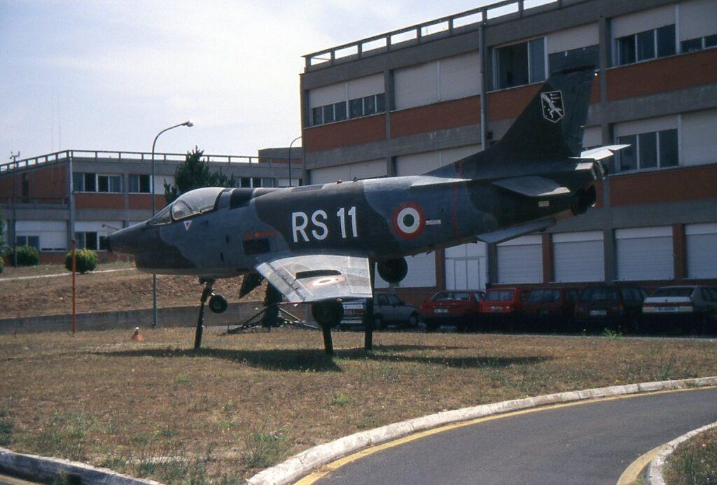 Il FIAT G 91Y che si trova dal 1985 come gate guardian al C.I.G.A. (Centro Informazioni Geotopografiche Aeronautiche) a Pratica di Mare è il secondo prototipo ed ha MM 579 e numero di costruzione 2001.
