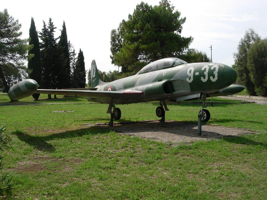Lockheed T 33A MM 55-2980 esposto a Latina con una curiosa livrea mimetica, utilizzata per scopi cinematografici.