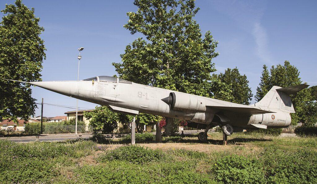 L'F 104 che si trova esposto in piazza Cav. Giovanni Chierchia a Cancello Arnone (CE) è la MM 6937 con numero di costruzione 1237. E' stato consegnato all'Aeronautica Militare il 27 novembre del 1978  e trasformato in ASA nel luglio del 1988. E'stato radiato nel 2000 con 3455 ore di volo all'attivo.