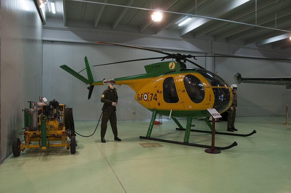 Nardi Hughes NH-500MC Volpe 74 della Guardia di Finanza esposto al Museo del Servizio Aereo dal 2011.