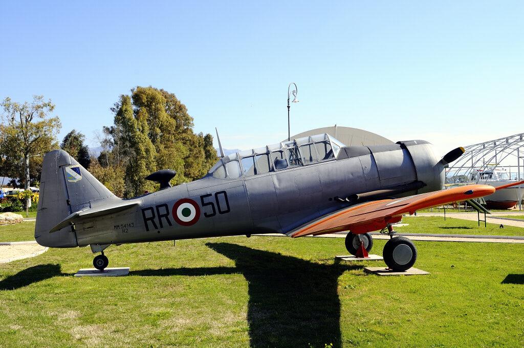 """North American T 6H2: radiato come RR-50 nel 1980, viene accantonato a Guidonia per la demolizione. Nel 1981 riverniciato con colorazione USAF e codici TA-143, partecipa alle riprese del film """"La Pelle"""""""