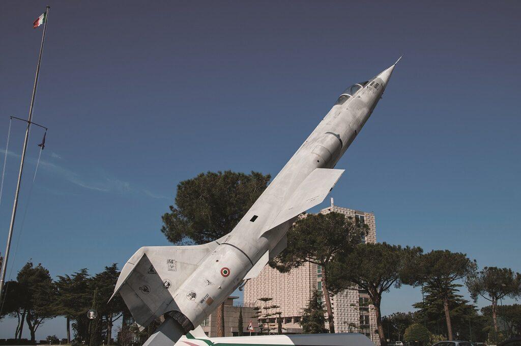 L'F 104S ASA esposto all'Accademia Aeronautica di Pozzuoli è la MM 6921.