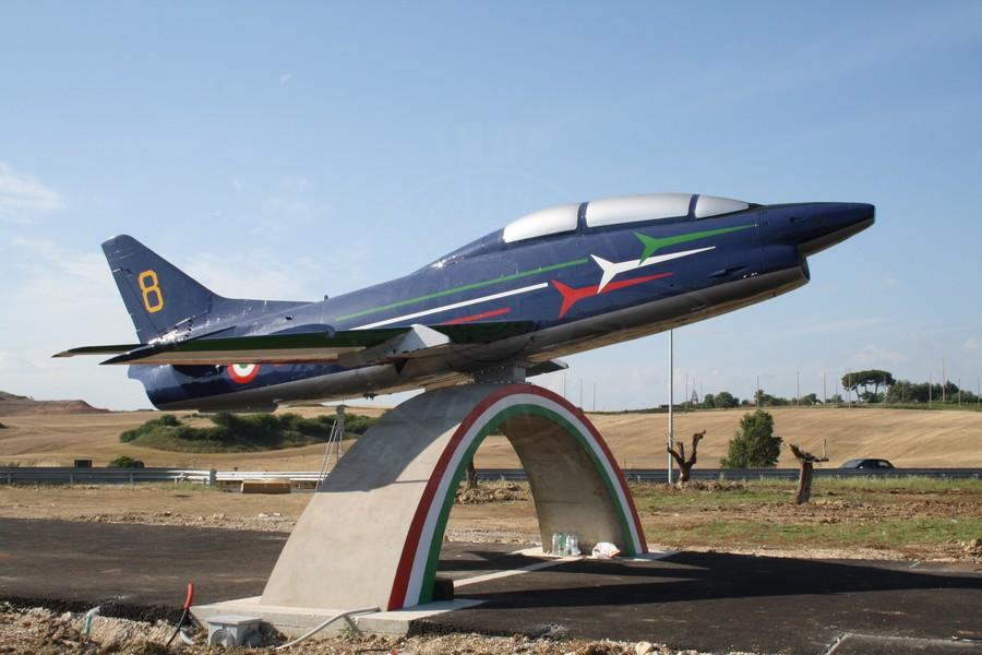 Aeritalia FIAT G 91T/1 MM 54396 esposto a Guidonia con livrea delle Frecce Tricolori.