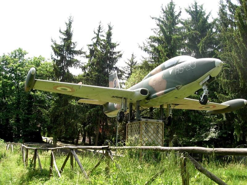Aermacchi MB 326K esposto presso il Comune di Zagarolo (Roma)