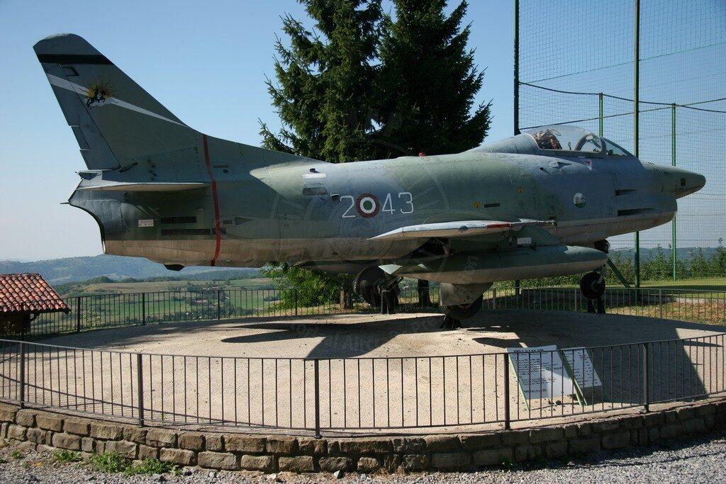 FIAT G 91R-1B MM 6269: il velivolo si trova in uno dei punti più alti e panoramici del Comune di Monbarcaro nel cuore delle Langhe  in provincia di Cuneo