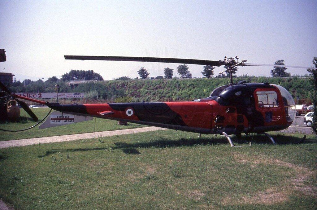 Agusta Bell AB 47J esposto presso il rivenditore auto Autocentro 2 a Cassino