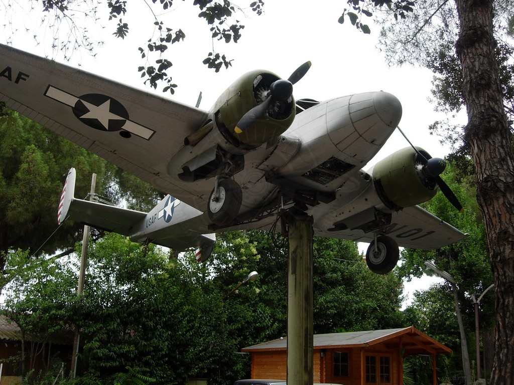Beechcraft C 45F presso il ristorante Zi Pietro a Roma