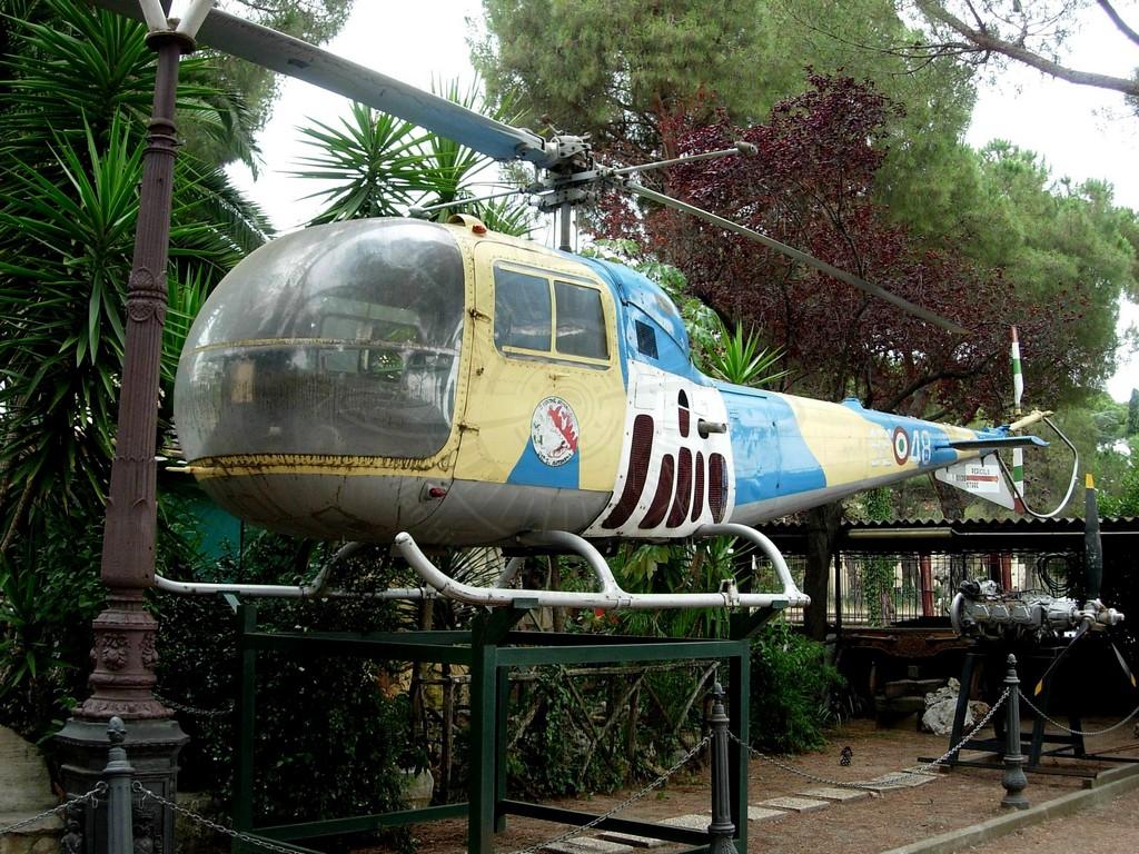 Agusta Bell AB 47J esposto presso il ristorante da Zì Pietro a Roma.
