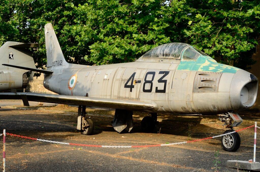 Canadair CL.13 Sabre E MM 19782: in AMI dal 12.12.1956, è conservato dal 1964 presso l'I.T.I.S. Leonardo da Vinci di Pisa. Il velivolo all'inizio della sua vita operativa ha volato con la RAF nello Squadron 130 a Bruggen in Germania. Riconsegnato successivamente all'USAF fu da questa rigirato all'AM.
